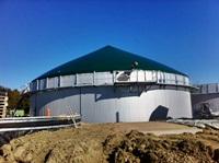Nachdem das erste Tragluftdach montiert wurde geht es mit der Gasproduktion los (14.10.2011)
